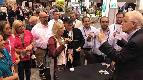 trade show magician delivers marketing message
